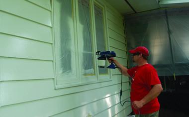 Окрашивание стен при помощи краскопульта